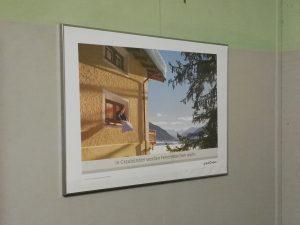 Fenster mit Ausblick im Bunker - mit dem Werbetext richtig gut